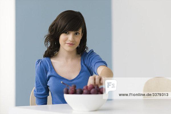 Teenagermädchen beim Traubenessen