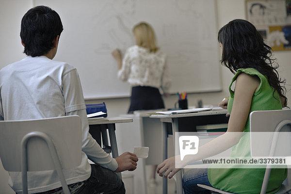 Gymnasiasten  die in der Klasse Notizen machen
