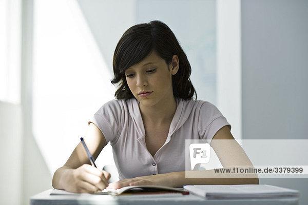 Teenager-Mädchen mit Schwerpunkt Klassenarbeit
