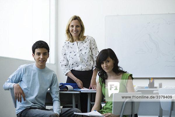 Lehrer und Gymnasiasten zusammen im Klassenzimmer  Portrait