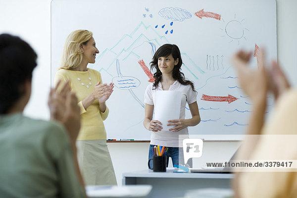 Klassenzimmerpräsentation  Klassenkameraden und Lehrerklatschen