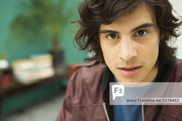 Junger Mann starrt in die Kamera  Porträt