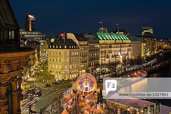 Blick auf die Innenstadt mit Weihnachtsmarkt bei Nacht  Hamburg  Deutschland  Erhöhte Ansicht