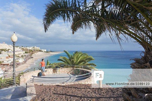 Frau auf einem Aussichtspunkt in Morro Jable  Fuerteventura  Spanien  Erhöhte Ansicht