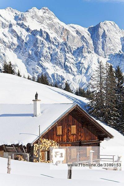 Schneebedeckte Almhütte  Hochkönig im Hintergrund  Mühlbach am Hochkönig  Österreich
