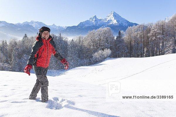 Frau wandert in den Berchtesgadener Alpen  Berchtesgadener Land  Deutschland