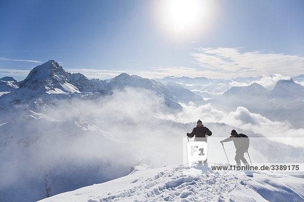 Zwei Skibergsteiger auf einem Berggipfel  Salzburger Land  Österreich  Erhöhte Ansicht