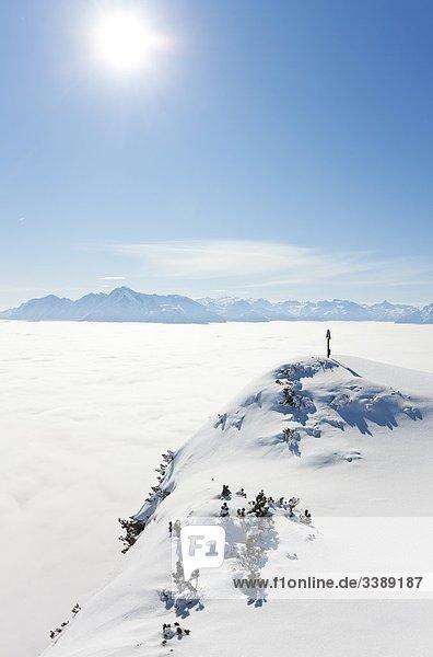 Gedenkkreuz auf einem Berggipfel  Berchtesgadener Alpen  Österreich