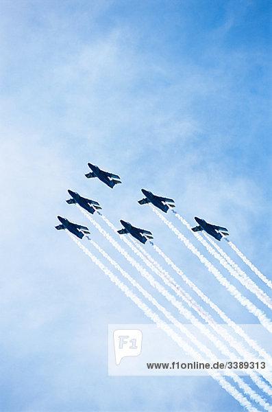 Flugzeuge in einer Formation.