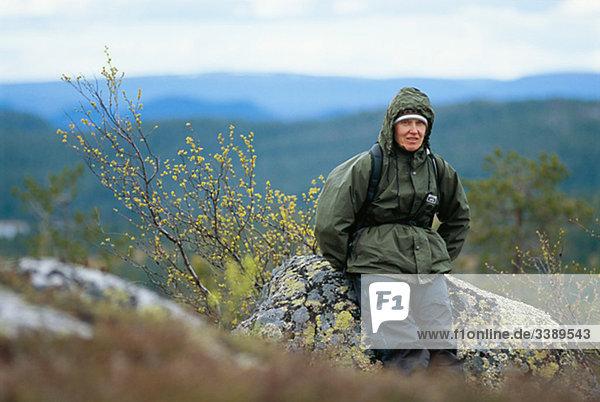 Frau gegen eine Berglandschaft  Schweden.