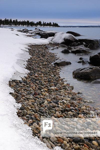 Strand mit Steinen in der vinter