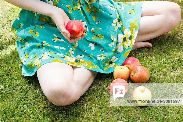 Nahaufnahme eines Mädchens  das Apfel hält.