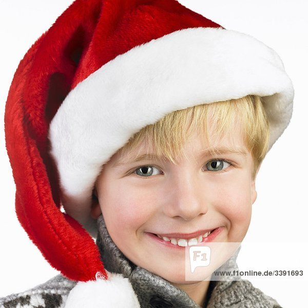 Junge mit Weihnachtsmütze