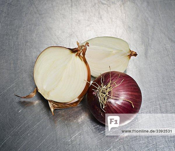 Weiße und rote Zwiebeln