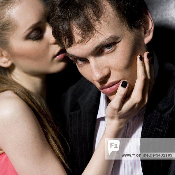 Junges paar in Nachtclub flirtend