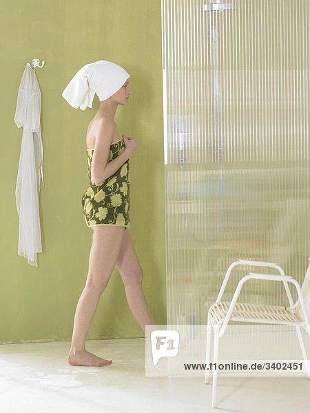 Frau Geht Duschen