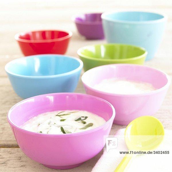 Quark in pastellfarbenen Schalen Quark in pastellfarbenen Schalen