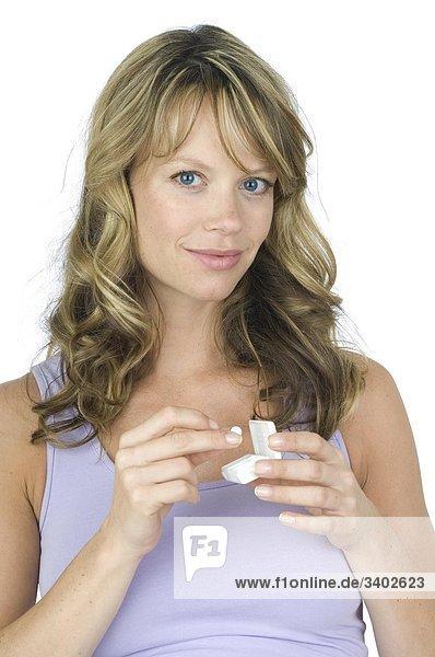 Frau nimmt Schüssler Salz