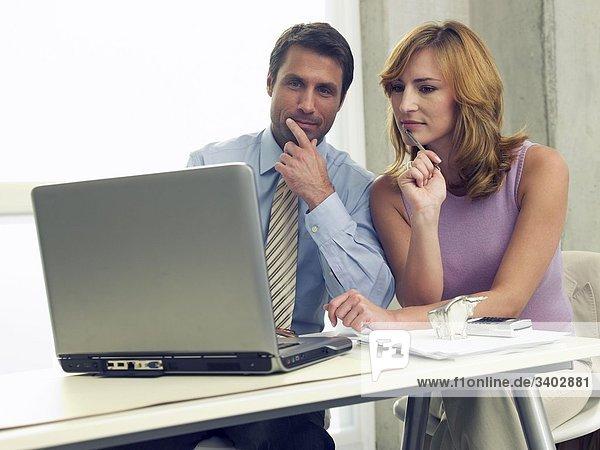 Geschäftsmann- und Frau am Computer