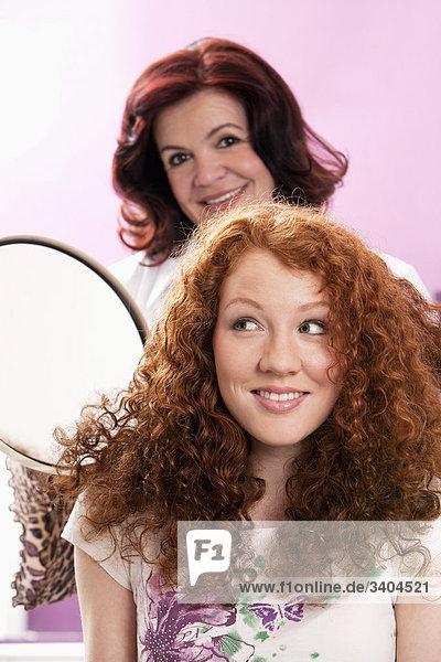 Portrait einer jungen Frau in Hair Salon Friseur mit Spiegel