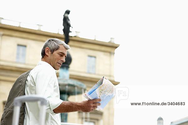 Mann in Stadtstraße Blick auf Karte