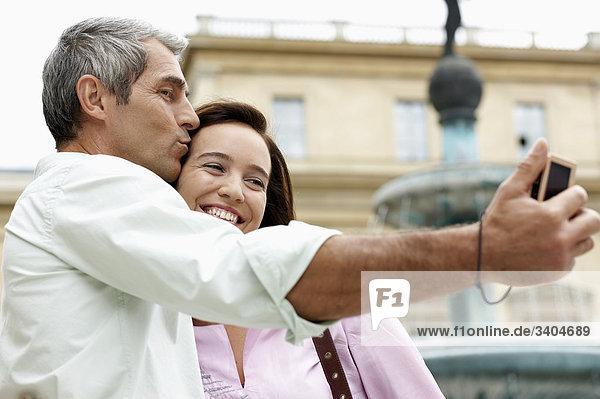 Paar im Urlaub Bild von sich selbst mit Digitalkamera