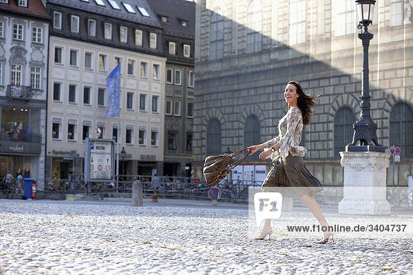 junge Frau zu Fuß über Platz Stadt