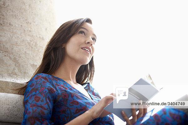 Portrait einer jungen Frau Lesen Reiseführer