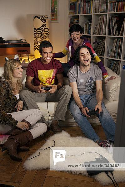 Gruppe von Freunden spielen von Videospielen
