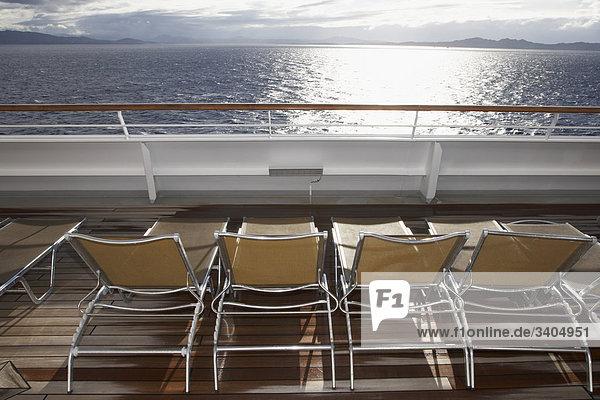 Sonnenliegen auf Deck Kreuzfahrtschiff