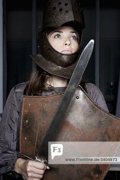 Portrait einer Frau in Office tragen Rüstung und Schwert