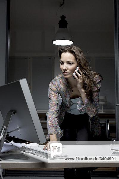 junge geschäftsfrau im Büro spät in die Nacht auf Computer arbeiten