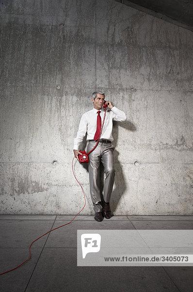 Kaufmann sprechen auf rot Telefon
