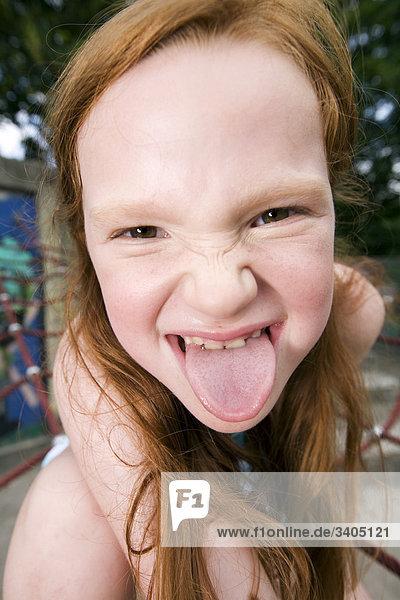 Headshot jungen Mädchens Zunge heraus