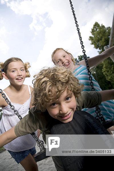 Gruppe von drei junge Kinder auf Spielplatz