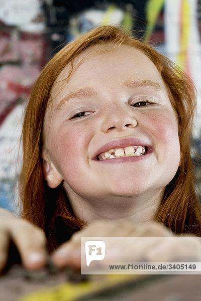 Porträt von lächelnd red haired girl