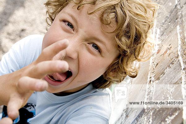 Porträt der Jungen trampen seine Nase in die Kamera