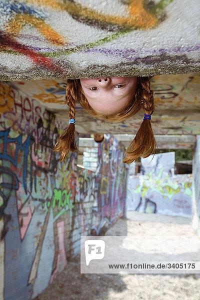 red haired Girl eingesehene Spielplatz