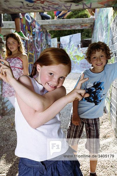 Portrait von drei kleinen Kindern am Spielplatz