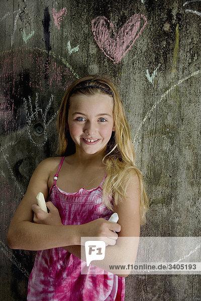 Portrait von blonde Mädchen mit Buntstiften