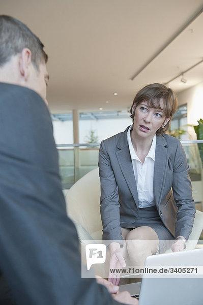 Geschäftsfrau und Geschäftsmann in einem Gespräch