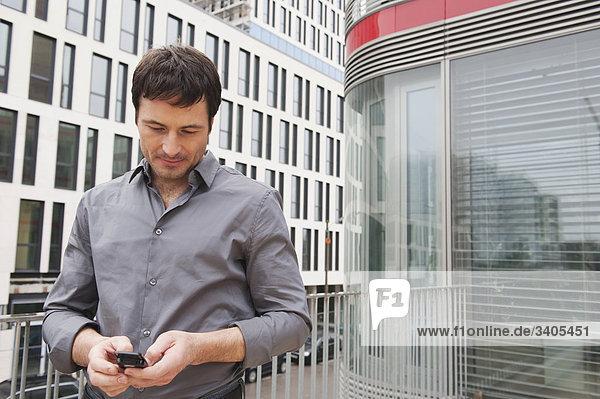 Geschäftsmann liest SMS
