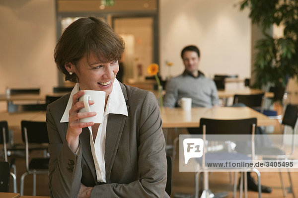 Frau macht Kaffeepause