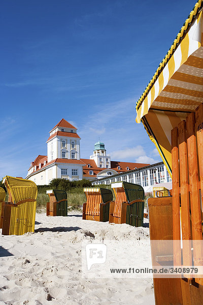 Strandkörbe am Strand von Binz  Kurhaus im Hintergrund  Rügen  Deutschland