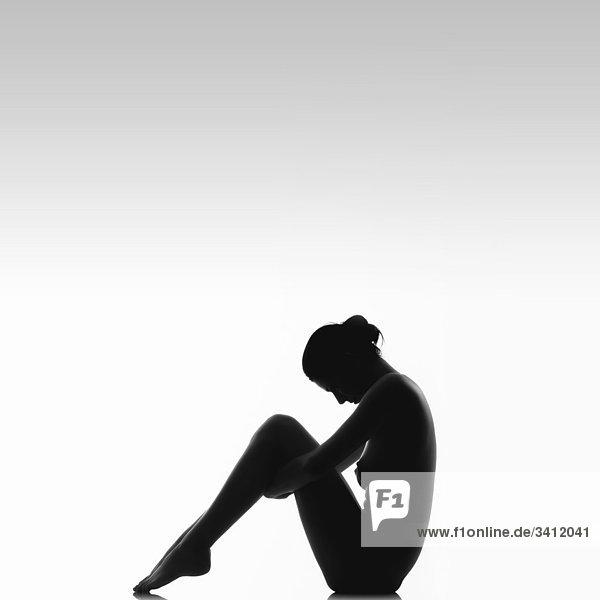 Silhouette einer nackten jungen Frau  schwarzweiß Silhouette einer nackten jungen Frau, schwarzweiß