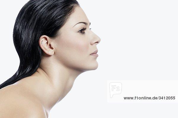 Junge Frau mit schwarzen Haaren  Profil