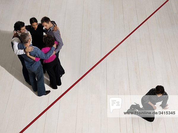 Geschäftsleute geteilt durch rote Linie