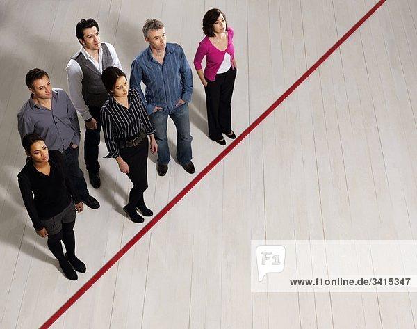 Geschäftsmänner und -frauen nach roter Linie