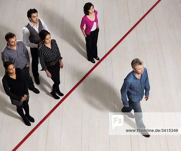 Geschäftsmänner und -frauen überqueren die rote Linie
