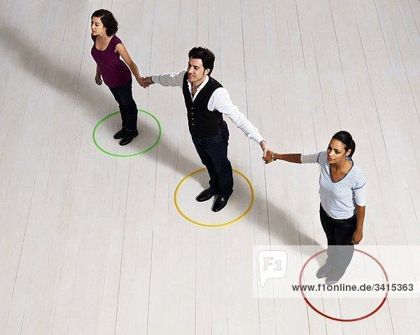 Mann und Frau halten sich im Kreis.